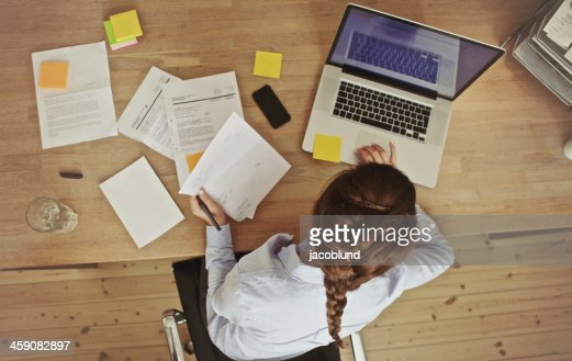 Geschäftsfrau Arbeiten an Ihrem Büro-Schreibtisch mit Dokumenten und laptop : Stock-Foto