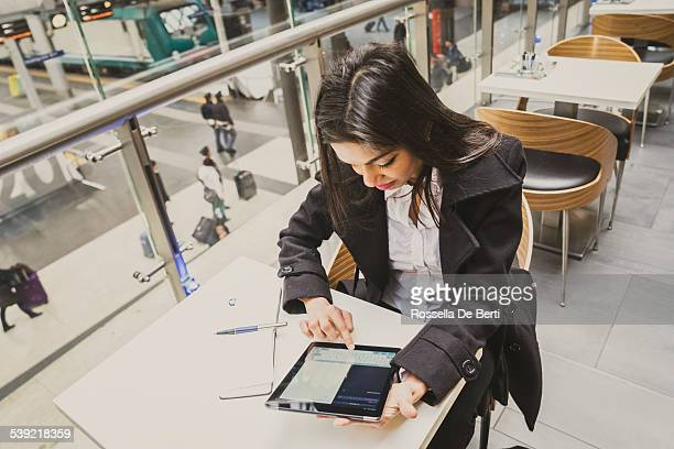 Femme d'affaires travaillant à la gare ferroviaire centrale de Milan