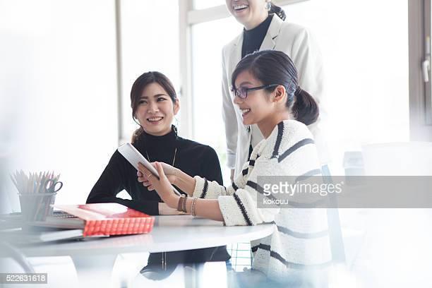 女性実業家ワークとモダンなオフィスにお尋ねください。
