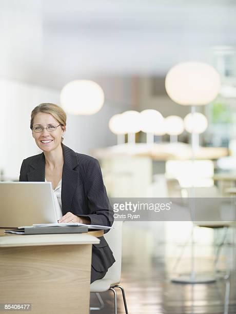 Geschäftsfrau arbeitet im Büro mit offenem Raumkonzept