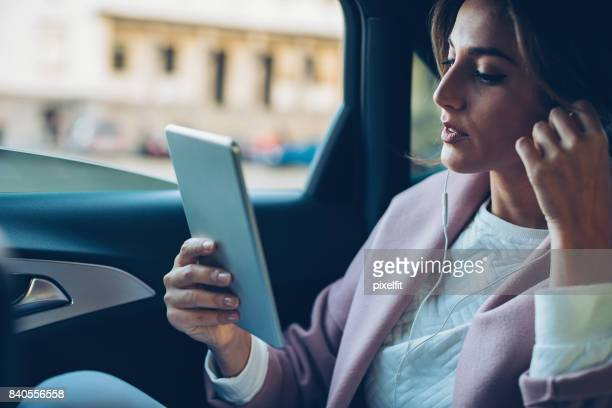 Femme d'affaires travaillant dans la voiture