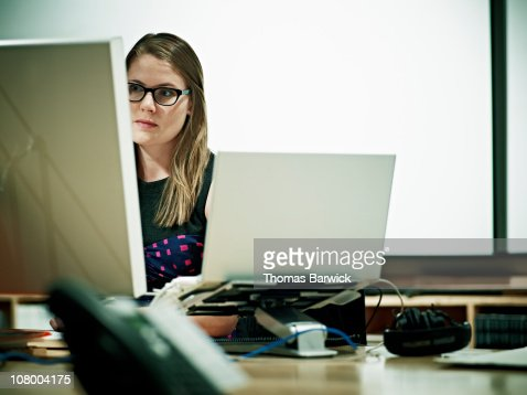 Businesswoman working on computer at workstation : ストックフォト