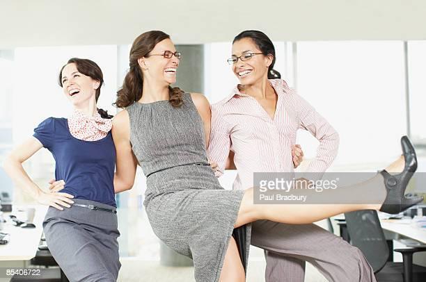 Geschäftsfrauen Tanz im Büro