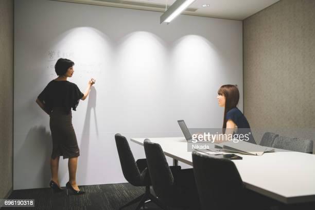 Geschäftsfrauen diskutieren Projekt im modernen Büro