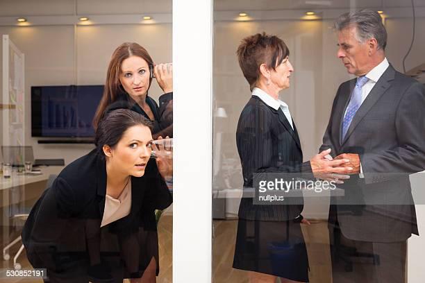 businesswomen'intercettazioni sulla loro superiori