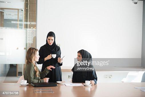 Mujeres de negocio oficina discutiendo en Oriente Medio