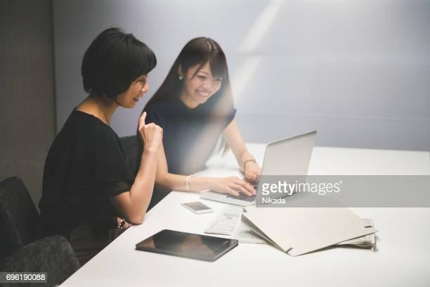 Unternehmerinnen in modernen Büro bei der Arbeit