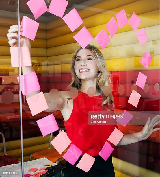 Geschäftsfrauen, die Herz mit Notizen