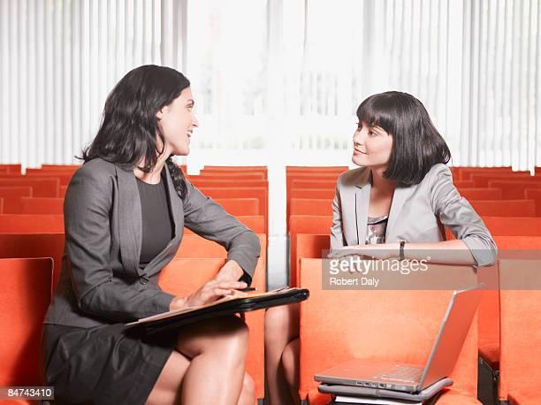 Femmes réunion en salle de cours