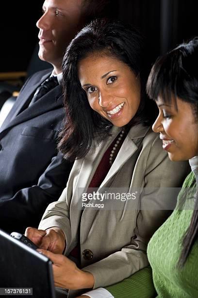 Geschäftsfrauen Lesen einer SMS-Nachricht