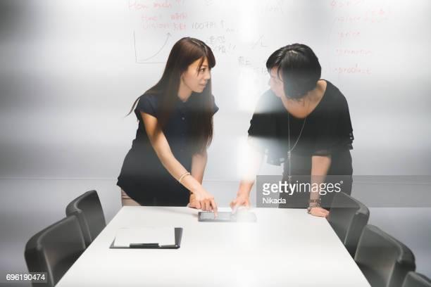Unternehmerinnen mit digital-Tablette im modernen Büro