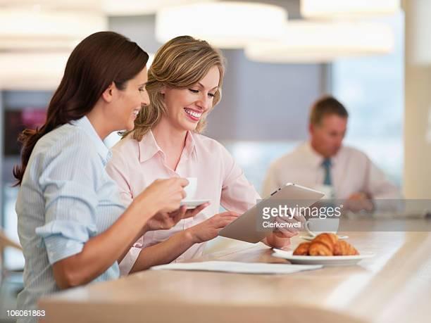 Geschäftsfrauen mit tablet PC mit Männer executive im ba