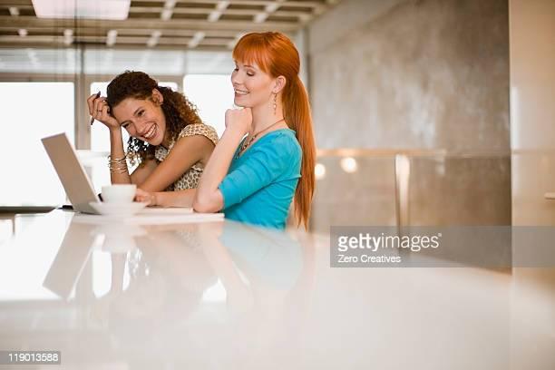 Mujeres de negocio utilizando una computadora portátil juntos