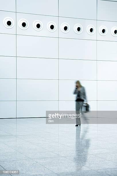 Geschäftsfrauen zu Fuß in ein modernes Bürogebäude