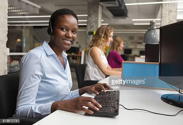 Geschäftsfrauen Arbeiten im call-center.