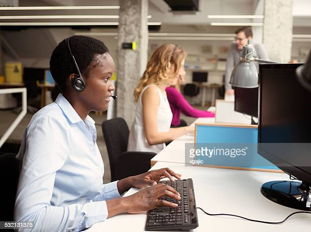 Businesswomen'che lavora al call center.