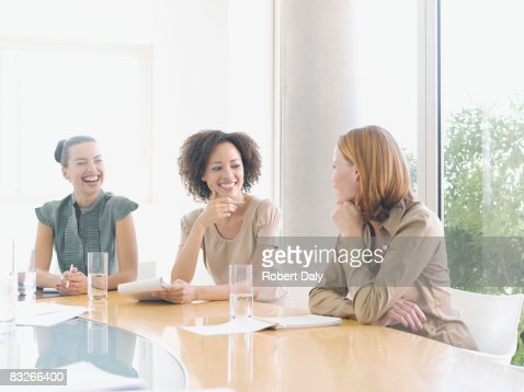 Mujeres de negocio de trabajo en la sala de conferencias