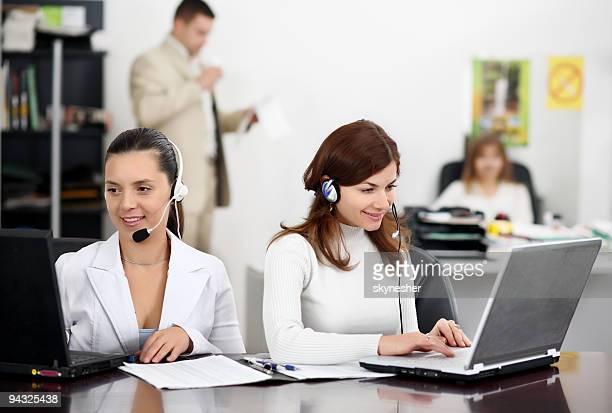 Femmes d'affaires travaillant dans des écouteurs.