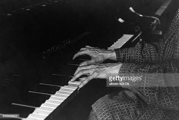 Busoni Ferruccio Benvenuto *18661924Musiker Komponist Pianist ItalienBusonis Hände am Bechstein Flügel um 1931