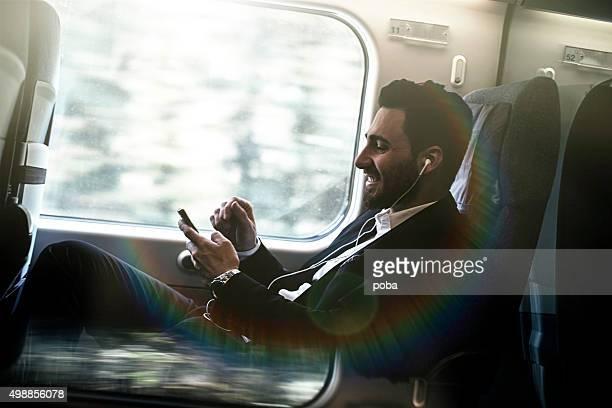 Bussinesman sedute su un treno vicino finestra e di lavoro