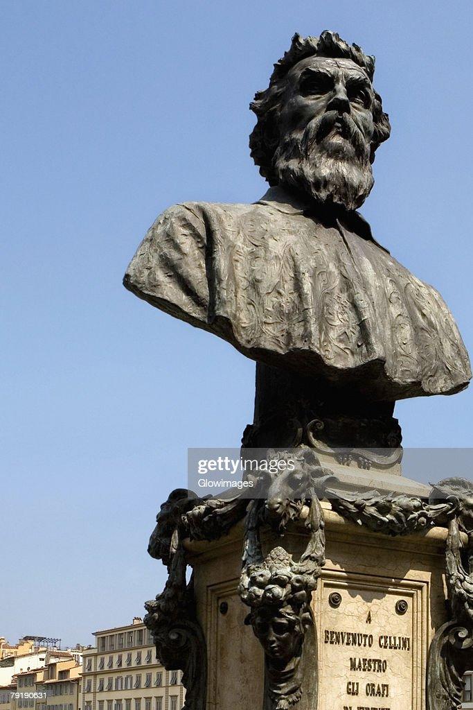 Bust of Benvenuto Cellini on a bridge, Ponte Vecchio, Florence, Tuscany, Italy : Foto de stock