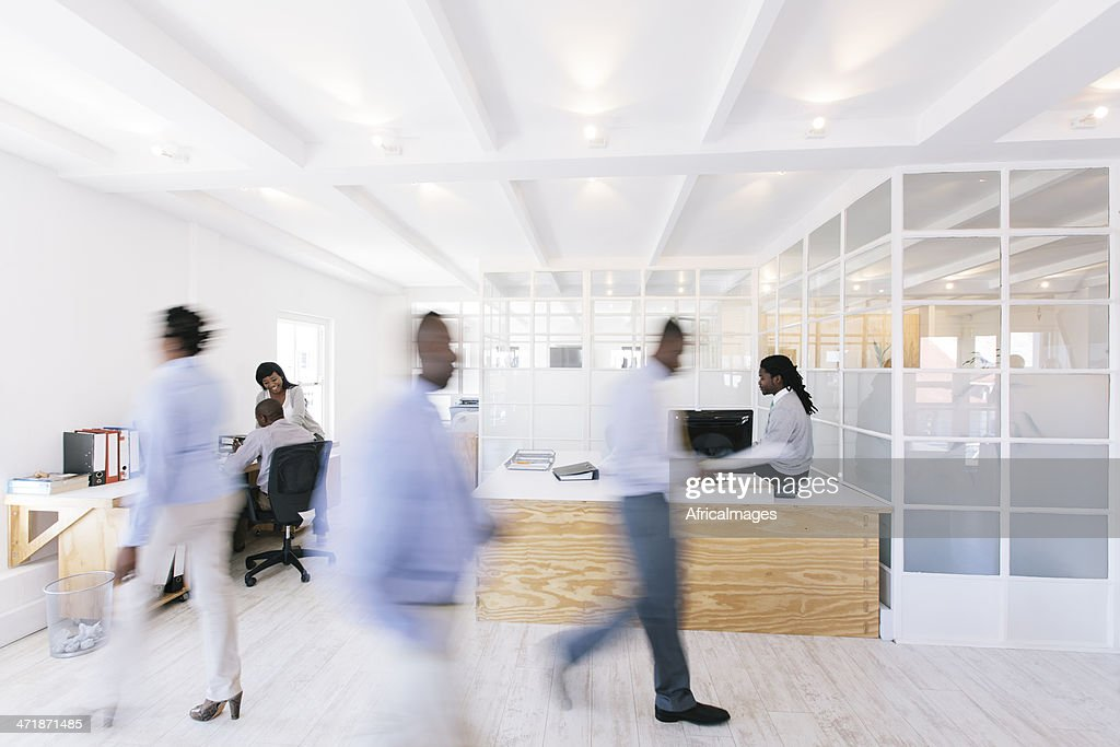 Bureau de travail-africain avec Personnes marchant autour. : Photo