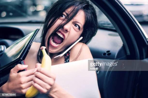 Jeune femme bien remplie et en colère