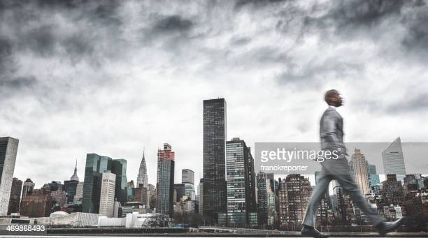 Occupato business camminare rapidamente a new york
