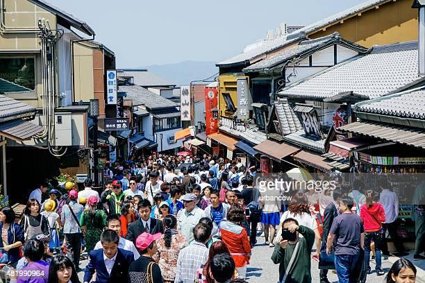 活気あふれる街、群衆の京都ます。観光やショッピング、日本