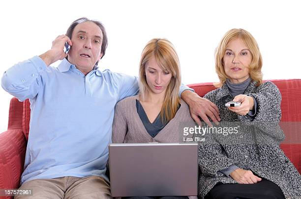 Unternehmungslustige Familie auf roten Sofà
