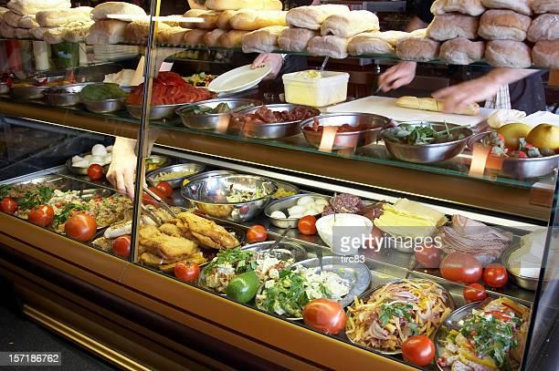 Ocupado mãos no balcão de alimentos