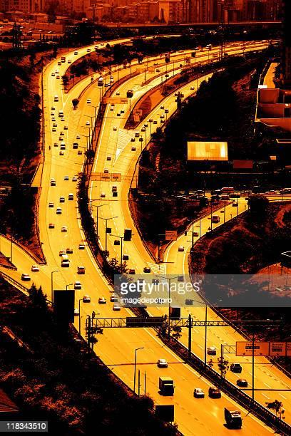 Longue l'autoroute pendant le coucher du soleil