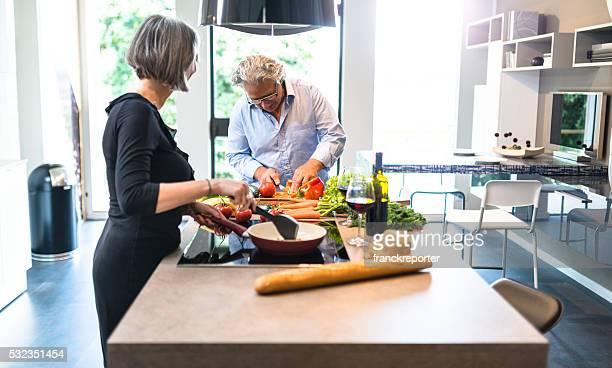 Anstrengenden Älteres Paar kochen in der Küche