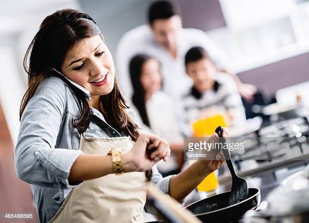Occupato madre cucinare a casa