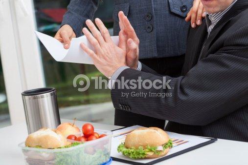 Hombre nervioso de negocios en el trabajo : Foto de stock