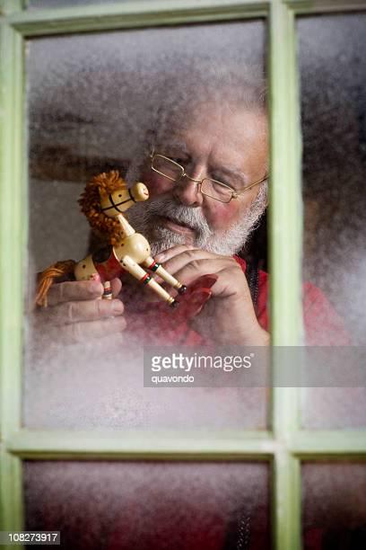 Longue Santa Claus faisant de Noël des jouets dans un atelier, Copyspace