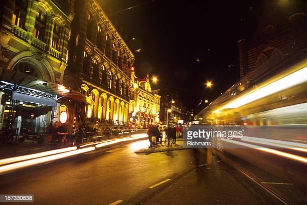Rue animée d'Amsterdam