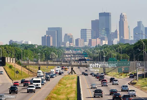 Intenso Tráfico en autopista con vista de los edificios de la ciudad de Minneapolis, Minnesota