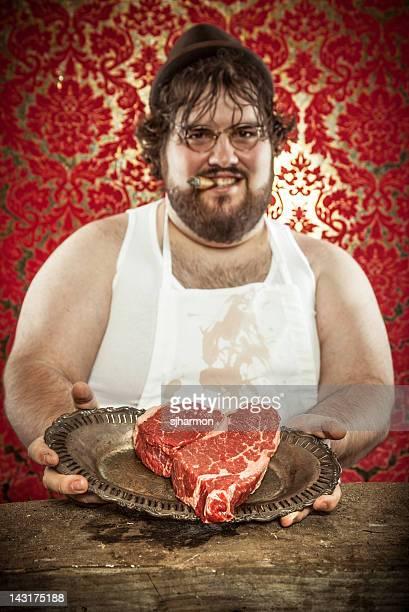 Butcher hält einen herzförmigen Steak für den Valentinstag