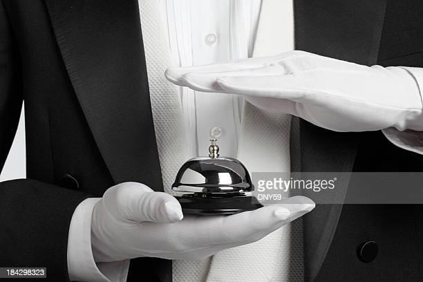 Butler hält und über den ring einen service bell