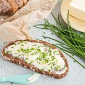 Scheibe Brot mit Butter und frischem Schnittlauch
