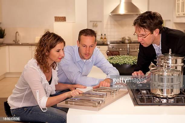 Compradores Olhando para a cozinha