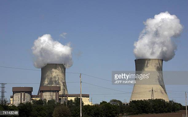 The Exelon Byron Nuclear Generating Stations running at full capacity 14 May 2007 in Byron Illinois is one of 17 nuclear reactors at 10 sites in...