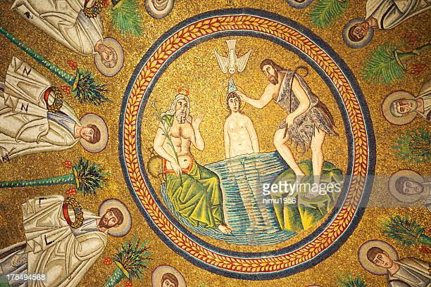 Mosaici bizantini in Arians Battistero. Ravenna. Italia.