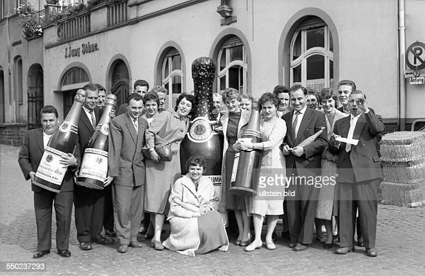 GER ca 1950 Belegschaft Weingut J Jung Soehne Assmansshausen