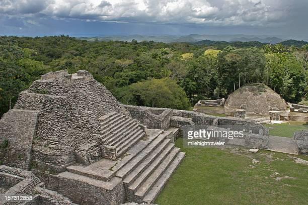 Caana Pyramide Maya surplombe tempête de pluie tropicale et Caracol Ruines de Belize