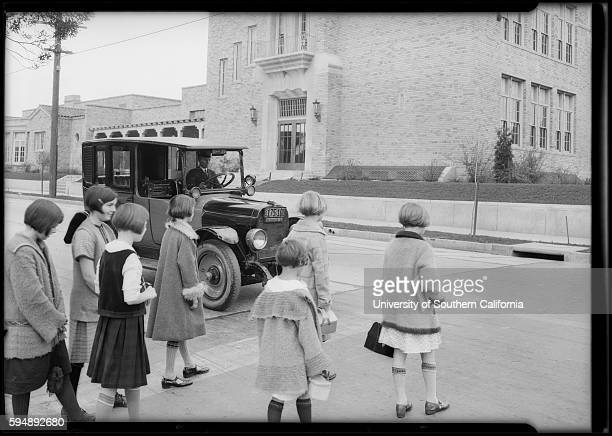 A cab waits as children cross the street dw19266102565a~01