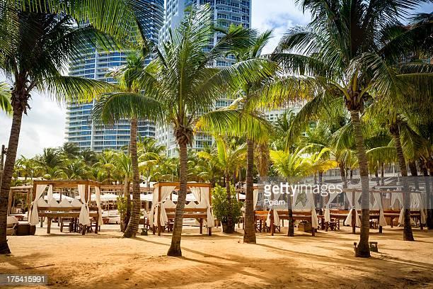 Cabaña de paja en un complejo turístico de playa en el sur de Miami