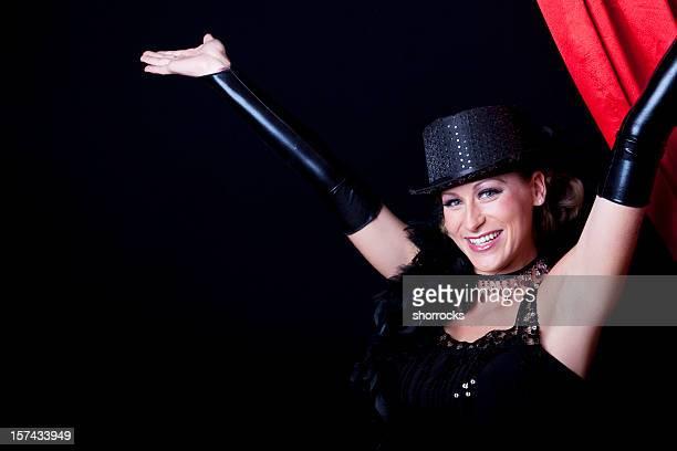 Femme de Cabaret en face du Rideau de scène rouge