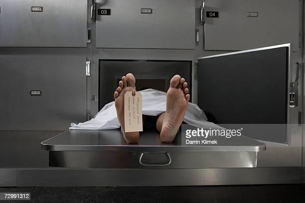 Mesa de cadáveres en la autopsia, atada a la etiqueta de pulgar